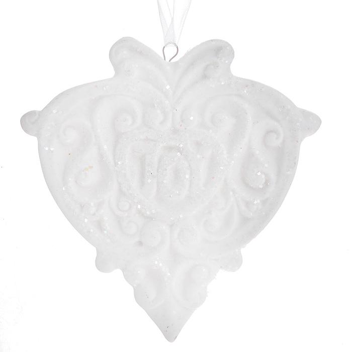 Новогоднее подвесное украшение. 3108231082Изящное новогоднее украшение в виде медальона с надписью Joy выполнено из керамики белого цвета с блестками. С помощью специальной текстильной петельки украшение можно повесить в любом понравившемся вам месте. Но, конечно, удачнее всего такая игрушка будет смотреться на праздничной елке. Новогодние украшения приносят в дом волшебство и ощущение праздника. Создайте в своем доме атмосферу веселья и радости, украшая всей семьей новогоднюю елку нарядными игрушками, которые будут из года в год накапливать теплоту воспоминаний.
