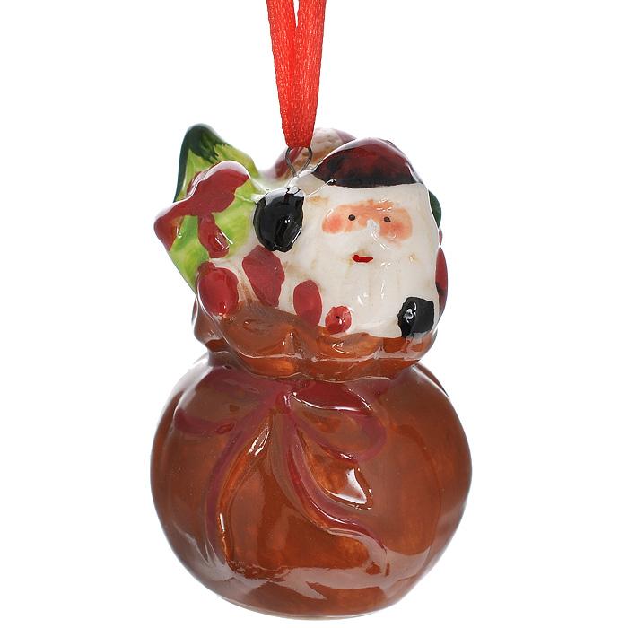 Новогоднее подвесное украшение Санта в мешке. 2569025690Изящное новогоднее украшение Санта в мешке выполнено из керамики. С помощью специальной текстильной петельки украшение можно повесить в любом понравившемся вам месте. Но, конечно, удачнее всего такая игрушка будет смотреться на праздничной елке. Новогодние украшения приносят в дом волшебство и ощущение праздника. Создайте в своем доме атмосферу веселья и радости, украшая всей семьей новогоднюю елку нарядными игрушками, которые будут из года в год накапливать теплоту воспоминаний.