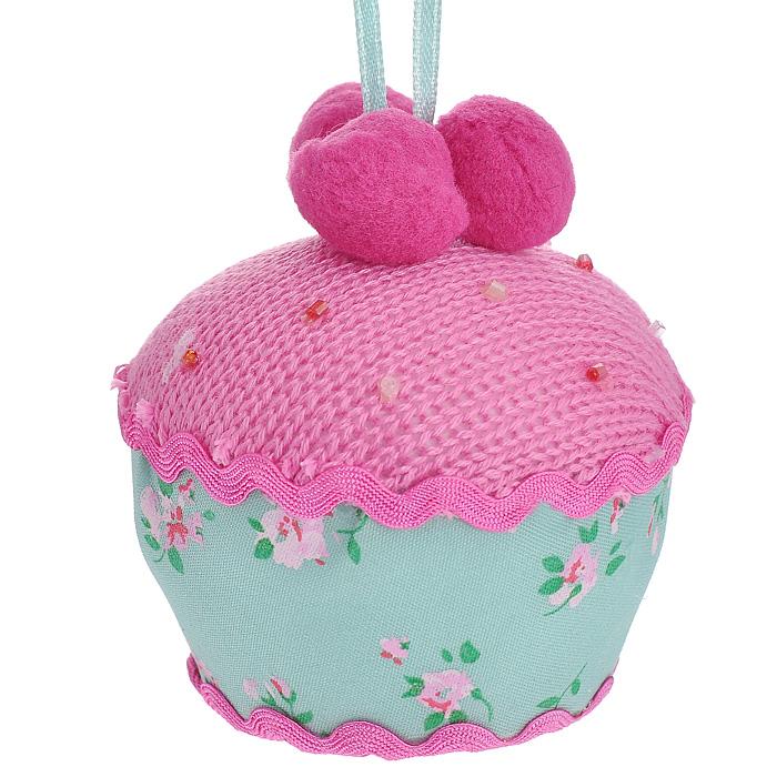 Новогоднее подвесное украшение Пирожное, цвет: розовый, зеленый. 2537325373Оригинальное новогоднее украшение Пирожное, выполненное из полиэстера и оформленное бисером, прекрасно подойдет для праздничного декора дома и новогодней ели. С помощью текстильной ленточки его можно повесить в любом понравившемся вам месте. Но, конечно, удачнее всего такая игрушка будет смотреться на праздничной елке. Елочная игрушка - символ Нового года. Она несет в себе волшебство и красоту праздника. Создайте в своем доме атмосферу веселья и радости, украшая новогоднюю елку нарядными игрушками, которые будут из года в год накапливать теплоту воспоминаний. Коллекция декоративных украшений из серии Magic Time принесет в ваш дом ни с чем несравнимое ощущение волшебства! Характеристики: Материал: полиэстер. Цвет: розовый, зеленый. Размер украшения (ДхШхВ): 8 см х 8 см х 8,5 см. Артикул: 25373.