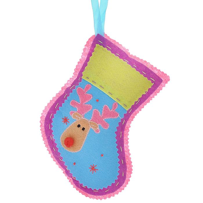 Новогоднее подвесное украшение Носок, цвет: розовый. 2534225342Оригинальное новогоднее украшение Носок прекрасно подойдет для праздничного декора дома и новогодней ели. Украшение выполнено из полиэстера в виде рождественского носка и оформлено изображением оленя. С помощью текстильной ленточки изделие можно повесить в любом понравившемся вам месте. Но, конечно, удачнее всего такая игрушка будет смотреться на праздничной елке. Елочная игрушка - символ Нового года. Она несет в себе волшебство и красоту праздника. Создайте в своем доме атмосферу веселья и радости, украшая новогоднюю елку нарядными игрушками, которые будут из года в год накапливать теплоту воспоминаний. Коллекция декоративных украшений из серии Magic Time принесет в ваш дом ни с чем несравнимое ощущение волшебства! Характеристики: Материал: полиэстер. Цвет: розовый. Размер украшения (ДхШхВ): 14 см х 3 см х 18 см. Артикул: 25342.