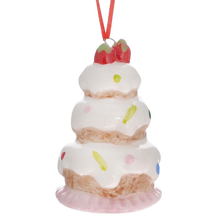 Новогоднее подвесное украшение Торт. 2593025930Оригинальное новогоднее украшение Торт прекрасно подойдет для праздничного декора дома и новогодней ели. Украшение выполнено из керамика и покрыто эмалью. С помощью текстильной петельки его можно повесить в любом понравившемся вам месте. Но, конечно, удачнее всего такая игрушка будет смотреться на праздничной елке. Елочная игрушка - символ Нового года. Она несет в себе волшебство и красоту праздника. Создайте в своем доме атмосферу веселья и радости, украшая новогоднюю елку нарядными игрушками, которые будут из года в год накапливать теплоту воспоминаний. Коллекция декоративных украшений из серии Magic Time принесет в ваш дом ни с чем несравнимое ощущение волшебства! Характеристики: Материал: керамика, текстиль. Размер украшения (ДхШхВ): 4,5 см х 4,5 см х 9 см. Артикул: 25930.