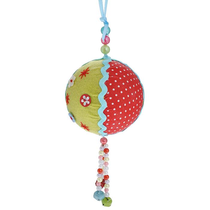 Новогоднее подвесное украшение Шар. 2535925359Оригинальное новогоднее украшение «Шар» прекрасно подойдет для праздничного декора вашего дома и новогодней ели. Украшение выполнено из пластика и обтянуто разноцветной тканью. К нижней части шара прикреплена подвеска из разноцветных бусин с бубенчиками. Благодаря плотному корпусу изделие никогда не разобьется, поэтому вы можете быть уверены, что оно прослужит вам долгие годы. С помощью специальной петельки украшение можно повесить в любом понравившемся вам месте. Но, конечно, удачнее всего такая игрушка будет смотреться на праздничной елке. Елочная игрушка - символ Нового года. Она несет в себе волшебство и красоту праздника. Создайте в своем доме атмосферу веселья и радости, украшая новогоднюю елку нарядными игрушками, которые будут из года в год накапливать теплоту воспоминаний. Коллекция декоративных украшений из серии Magic Time принесет в ваш дом ни с чем несравнимое ощущение волшебства! Характеристики: Материал: пластик, полиэстер, металл. ...