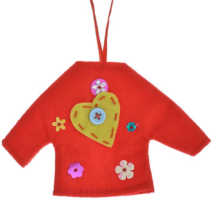 Новогоднее подвесное украшение Джемпер, цвет: красный. 2535525355Оригинальное новогоднее украшение выполнено из текстиля в виде красного джемпера, декорированного аппликацией, пайетками и бисером. С помощью специальной петельки украшение можно повесить в любом понравившемся вам месте. Но, конечно же, удачнее всего такая игрушка будет смотреться на праздничной елке. Новогодние украшения приносят в дом волшебство и ощущение праздника. Создайте в своем доме атмосферу веселья и радости, украшая всей семьей новогоднюю елку нарядными игрушками, которые будут из года в год накапливать теплоту воспоминаний. Коллекция декоративных украшений из серии Magic Time принесет в ваш дом ни с чем несравнимое ощущение волшебства! Характеристики: Материал: полиэстер, пластик. Размер украшения: 14 см х 9 см х 0,4 см. Артикул: 25355.