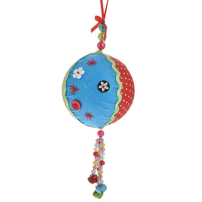 Новогоднее подвесное украшение Шар. 2536025360Оригинальное новогоднее украшение «Шар» прекрасно подойдет для праздничного декора вашего дома и новогодней ели. Украшение выполнено из пластика и обтянуто разноцветной тканью. К нижней части шара прикреплена подвеска из разноцветных бусин с бубенчиками. Благодаря плотному корпусу изделие никогда не разобьется, поэтому вы можете быть уверены, что оно прослужит вам долгие годы. С помощью специальной петельки украшение можно повесить в любом понравившемся вам месте. Но, конечно, удачнее всего такая игрушка будет смотреться на праздничной елке. Елочная игрушка - символ Нового года. Она несет в себе волшебство и красоту праздника. Создайте в своем доме атмосферу веселья и радости, украшая новогоднюю елку нарядными игрушками, которые будут из года в год накапливать теплоту воспоминаний. Коллекция декоративных украшений из серии Magic Time принесет в ваш дом ни с чем несравнимое ощущение волшебства! Характеристики: Материал: пластик, полиэстер, металл. ...