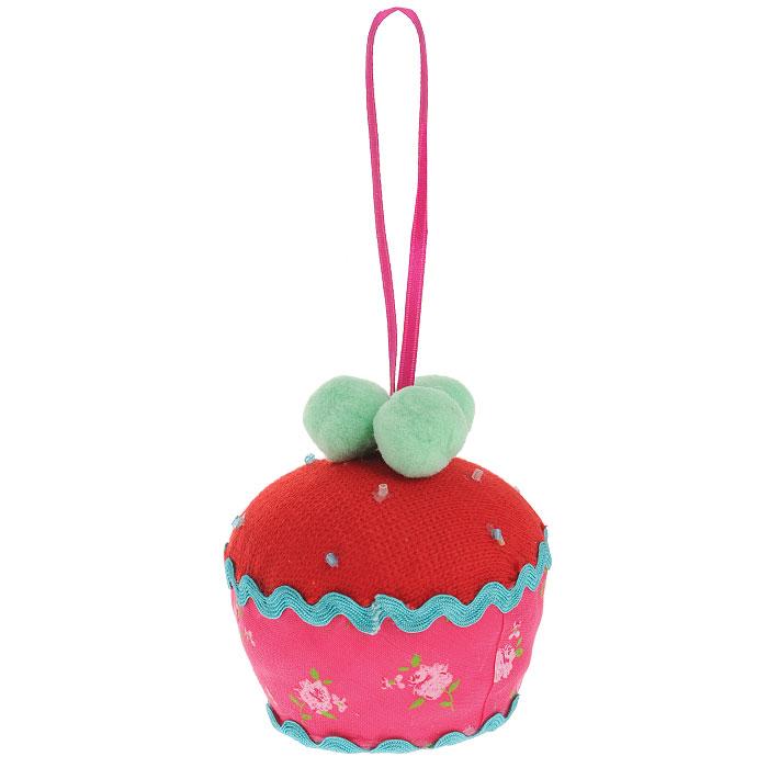 Новогоднее подвесное украшение Пирожное, цвет: красный, розовый. 2537225372Оригинальное новогоднее украшение выполнено из текстиля в виде пирожного. С помощью специальной петельки украшение можно повесить в любом понравившемся вам месте. Но, конечно же, удачнее всего такая игрушка будет смотреться на праздничной елке. Новогодние украшения приносят в дом волшебство и ощущение праздника. Создайте в своем доме атмосферу веселья и радости, украшая всей семьей новогоднюю елку нарядными игрушками, которые будут из года в год накапливать теплоту воспоминаний. Коллекция декоративных украшений из серии Magic Time принесет в ваш дом ни с чем несравнимое ощущение волшебства!