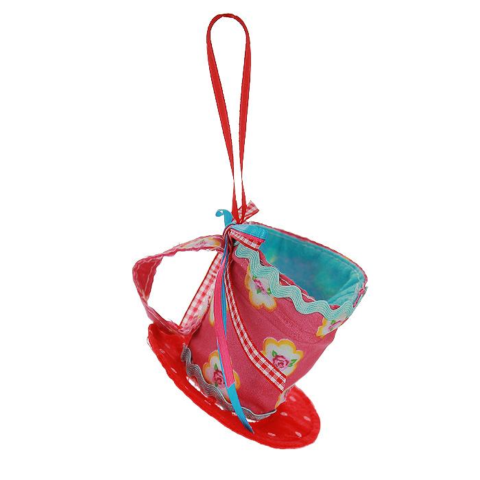Новогоднее подвесное украшение Чашка, цвет: красный, розовый. 2537025370Оригинальное новогоднее украшение выполнено из текстиля в виде чашки, украшенной бантиком. С помощью специальной петельки украшение можно повесить в любом понравившемся вам месте. Но, конечно же, удачнее всего такая игрушка будет смотреться на праздничной елке. Новогодние украшения приносят в дом волшебство и ощущение праздника. Создайте в своем доме атмосферу веселья и радости, украшая всей семьей новогоднюю елку нарядными игрушками, которые будут из года в год накапливать теплоту воспоминаний. Коллекция декоративных украшений из серии Magic Time принесет в ваш дом ни с чем несравнимое ощущение волшебства!