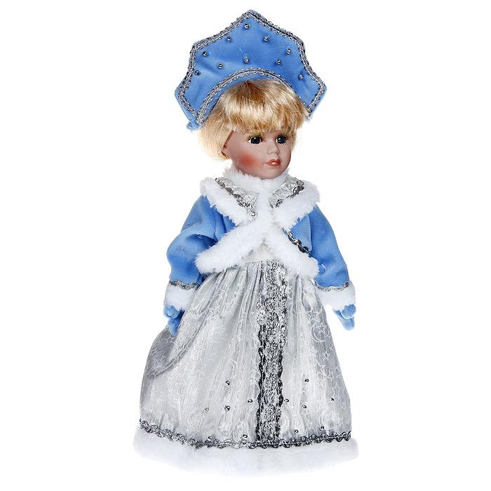Декоративная керамическая кукла, на подставке, 30 см. 3110831108Великолепная кукла, выполненная из керамики, займет достойное место в вашей коллекции. Туловище куклы мягконабивное. Глаза обрамлены пышными ресницами, светлые прямые волосы заплетены в косу. Кукла максимально приближена к живому прототипу - юной барышне с румянцем на щеках. Кукла наряжена в серебристое платье, вышитое тесьмой, бусинами, и изящную накидку голубого цвета, отороченную белым искусственным мехом. На руках куклы голубые рукавицы. Она одета в белые панталоны. На ногах - сетчатые белые носочки и кожаные башмачки кремового цвета. На голове имеется кокошник, богато декорированный тесьмой и бусинами. Кукла установлена на пластиковую подставку, благодаря которой вы можете поместить ее в любом понравившемся вам месте.