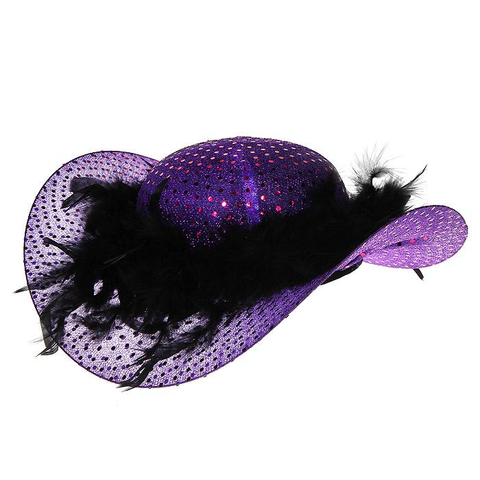 Маскарадная шляпа, цвет: сиреневый, черный. 3132331323У вас намечается веселая вечеринка или маскарад? Маскарадная шляпа внесет нотку задора и веселья в праздник и станет завершающим штрихом в создании праздничного образа. Шляпка сиреневого цвета, выполненная из текстиля и фетра, украшена блестящей нитью и пышными перьями черного цвета. Веселое настроение и масса положительных эмоций вам будут обеспечены!
