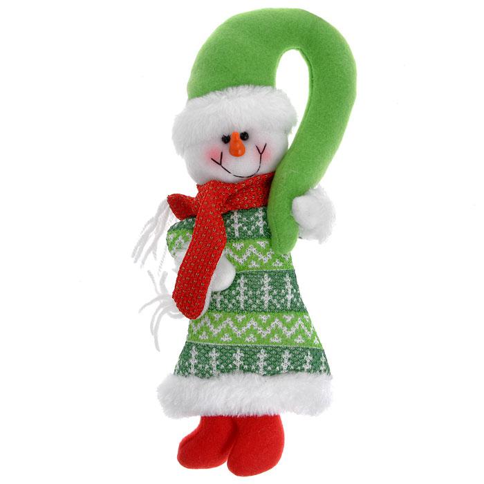 Новогоднее подвесное украшение Снеговик, цвет: зеленый, красный. 2556125561Новогоднее украшение Снеговик выполнено из полиэстера в виде мягкой игрушки. Вы можете подвесить его в любом месте, где оно будет удачно смотреться, и радовать глаз. Кроме того, это украшение - отличный вариант подарка для ваших близких и друзей. Новогодние украшения всегда несут в себе волшебство и красоту праздника. Создайте в своем доме атмосферу тепла, веселья и радости, украшая его всей семьей.
