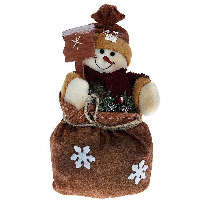 Новогоднее украшение Снеговик с мешком. 41194119Это оригинальное новогоднее украшение гармонично впишется в праздничный интерьер вашего дома или офиса. Снеговик выполнен из ткани различных фактур, а с помощью утяжеляющего элемента в ногах, его можно поставить в любое понравившееся вам место. Новогодние украшения всегда несут в себе волшебство и красоту праздника. Создайте в своем доме атмосферу тепла, веселья и радости, украшая его всей семьей.