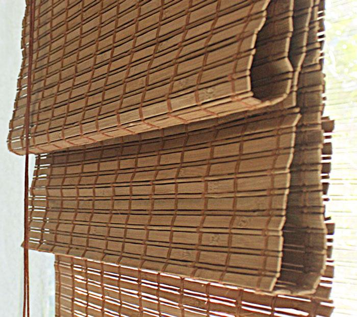 Римская штора Эскар 140х160 см, бамбуковая, цвет: какао72949140160Римская штора Эскар, выполненная из натурального бамбука, является оригинальным современным аксессуаром для создания необычного интерьера в восточном или минималистичном стиле. Римская бамбуковая штора, как и тканевая римская штора, при поднятии образует крупные складки, которые прекрасно декорируют окно. Особенность устройства полотна позволяет свободно пропускать дневной свет, что обеспечивает мягкое освещение комнаты. Римская штора из натурального влагоустойчивого материала легко вписывается в любой интерьер, хорошо сочетается с различной мебелью и элементами отделки. Использование бамбукового полотна придает помещению необычный вид и визуально расширяет пространство. Бамбуковые шторы требуют только сухого ухода: пылесосом, щеткой, веником или влажной (но не мокрой!) губкой. Комплект для монтажа прилагается.