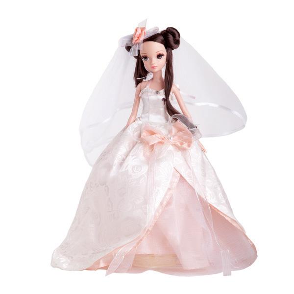 Sonya Rose Кукла Жемчужная росаR9024NВеликолепная кукла Sonya Rose одета в шикарное свадебное платье белого и кремового цветов с пышной юбкой, украшенное большим красивым бантом и жемчужинками. Ее длинные темные волосы убраны в чудесную вечернюю прическу. Законченность свадебному наряду придает пышная фата. Золотая коллекция - шикарные, красивые, утонченные куклы в вечерних нарядах. Все они будто собрались на сказочный бал. Все в них прекрасно: чудесные прически, вечерний макияж и длинные трогательные ресницы. Это куклы, которых хочется коллекционировать. Куклы этой серии объединены не только дорогой золотой коробкой, но и трогательной сказочной историей о счастливой любви.