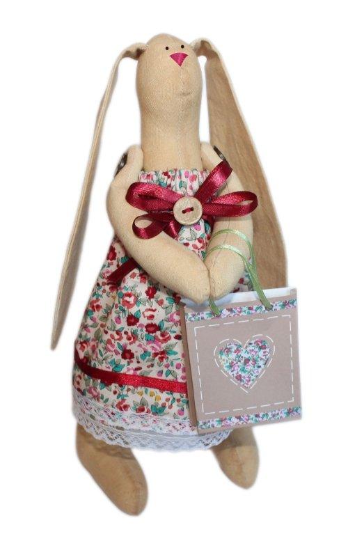 Набор для изготовления текстильной игрушки Зайка Агата, высота 29 смAM100001В наборе для изготовления текстильной игрушки Зайка Агата есть все необходимое для создания куклы в стиле Tilda: ткань для тела игрушки (100% хлопок), ткань для одежды (100% хлопок), декоративные элементы, пуговицы, нитки для волос, ленточки, кружево, украшения, инструмент для набивки игрушки, выкройка, инструкция на русском языке. Вам потребуется: суперпух для набивки, нитки, иголка. По желанию, вы можете использовать акриловые краски для прорисовки лица игрушки, кофе растворимый, клей ПВА (для тонирования игрушки). Текстильные куклы популярны во всем мире - их коллекционируют, украшают ими дом. Интерьерная кукла или просто забавная примитивная игрушка ручной работы может стать украшением дома и оригинальным подарком, который несет в себе любовь и тепло человеческих рук. Эти куклы могут быть абсолютно разными, но все они очень нежные и уютные! Это не только увлекательное занятие, как для взрослых, так и для детей, но и возможность самовыражения, отдых и милые...