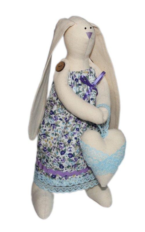 Набор для изготовления текстильной игрушки Зайка Любава, высота 29 смAM100002В наборе для изготовления текстильной игрушки Зайка Любава есть все необходимое для создания куклы в стиле Tilda: ткань для тела игрушки (100% хлопок), ткань для одежды (100% хлопок), декоративные элементы, пуговицы, нитки для волос, ленточки, кружево, украшения, инструмент для набивки игрушки, выкройка, инструкция на русском языке. Вам потребуется: суперпух для набивки, нитки, иголка. По желанию, вы можете использовать акриловые краски для прорисовки лица игрушки, кофе растворимый, клей ПВА (для тонирования игрушки). Текстильные куклы популярны во всем мире - их коллекционируют, украшают ими дом. Интерьерная кукла или просто забавная примитивная игрушка ручной работы может стать украшением дома и оригинальным подарком, который несет в себе любовь и тепло человеческих рук. Эти куклы могут быть абсолютно разными, но все они очень нежные и уютные! Это не только увлекательное занятие, как для взрослых, так и для детей, но и возможность самовыражения, отдых и милые...