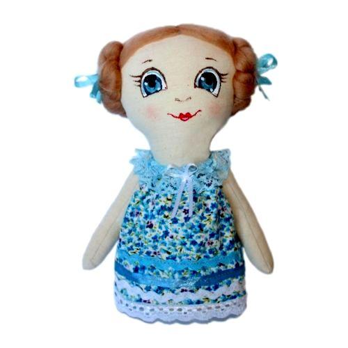 Набор для изготовления текстильной игрушки Леночка, высота 22 смAM100010В наборе для изготовления текстильной игрушки Леночка есть все необходимое для создания куклы в стиле Tilda: ткань для тела игрушки (100% хлопок), ткань для одежды (100% хлопок), декоративные элементы, пуговицы, нитки для волос, ленточки, кружево, украшения, инструмент для набивки игрушки, выкройка, инструкция на русском языке. Вам потребуется: суперпух для набивки, нитки, иголка. По желанию, вы можете использовать акриловые краски для прорисовки лица игрушки, кофе растворимый, клей ПВА (для тонирования игрушки). Текстильные куклы популярны во всем мире - их коллекционируют, украшают ими дом. Интерьерная кукла или просто забавная примитивная игрушка ручной работы может стать украшением дома и оригинальным подарком, который несет в себе любовь и тепло человеческих рук. Эти куклы могут быть абсолютно разными, но все они очень нежные и уютные! Это не только увлекательное занятие, как для взрослых, так и для детей, но и возможность самовыражения, отдых и милые...
