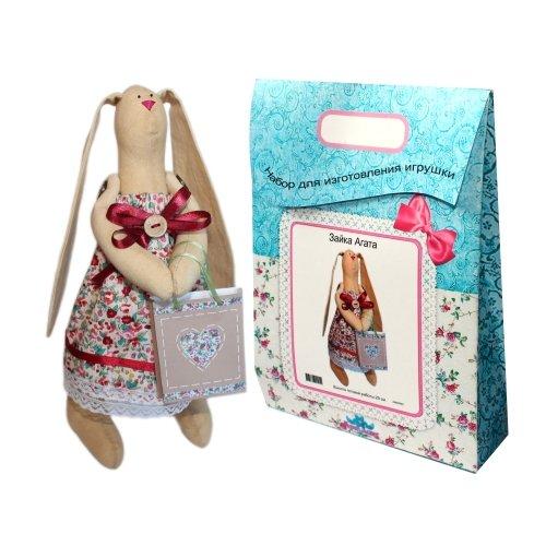 Подарочный набор для изготовления текстильной игрушки Зайка Агата, 29 смAM200001В наборе для изготовления текстильной игрушки Зайка Агата есть все необходимое для создания куклы в стиле Tilda: ткань для тела игрушки (100% хлопок), ткань для одежды (100% хлопок), декоративные элементы, пуговицы, нитки для волос, ленточки, кружево, украшения, суперпух и инструмент для набивки игрушки, выкройка, инструкция на русском языке. Вам потребуется: нитки, иголка. По желанию, вы можете использовать акриловые краски для прорисовки лица игрушки, кофе растворимый, клей ПВА (для тонирования игрушки). Необычайной красоты мягкая игрушка в виде забавного зайки, сделанная своими руками, привлечет к себе внимание и будет потрясающе смотреться в интерьере вашего помещения, особенно в интерьере детской комнаты. Текстильные куклы популярны во всем мире - их коллекционируют, украшают ими дом. Интерьерная кукла или просто забавная примитивная игрушка ручной работы может стать украшением дома и оригинальным подарком, который несет в себе любовь и тепло человеческих...