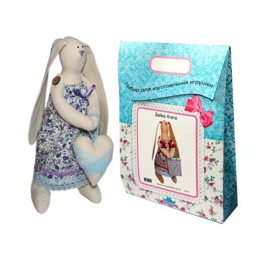 Подарочный набор для изготовления текстильной игрушки Зайка Любава, 29 смAM200002В наборе для изготовления текстильной игрушки Зайка Любава есть все необходимое для создания куклы в стиле Tilda: ткань для тела игрушки (100% хлопок), ткань для одежды (100% хлопок), декоративные элементы, пуговицы, нитки для волос, ленточки, кружево, украшения, суперпух и инструмент для набивки игрушки, выкройка, инструкция на русском языке. Вам потребуется: нитки, иголка. По желанию, вы можете использовать акриловые краски для прорисовки лица игрушки, кофе растворимый, клей ПВА (для тонирования игрушки). Необычайной красоты мягкая игрушка в виде забавного зайки, сделанная своими руками, привлечет к себе внимание и будет потрясающе смотреться в интерьере вашего помещения, особенно в интерьере детской комнаты. Текстильные куклы популярны во всем мире - их коллекционируют, украшают ими дом. Интерьерная кукла или просто забавная примитивная игрушка ручной работы может стать украшением дома и оригинальным подарком, который несет в себе любовь и тепло человеческих...
