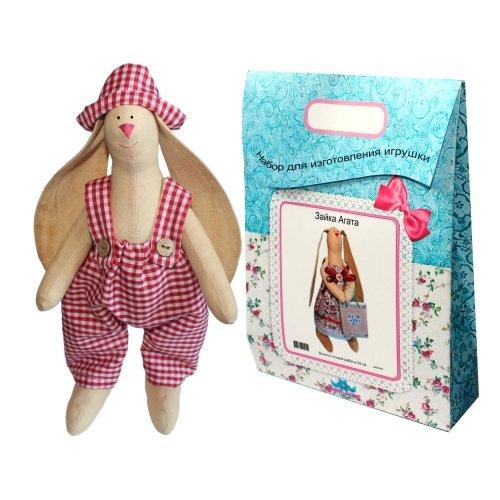 Подарочный набор для изготовления текстильной игрушки Зайка Тимошка, 29 смAM200005В наборе для изготовления текстильной игрушки Зайка Тимошка есть все необходимое для создания куклы в стиле Tilda: ткань для тела игрушки (100% хлопок), ткань для одежды (100% хлопок), декоративные элементы, пуговицы, нитки для волос, ленточки, кружево, украшения, суперпух и инструмент для набивки игрушки, выкройка, инструкция на русском языке. Вам потребуется: нитки, иголка. По желанию, вы можете использовать акриловые краски для прорисовки лица игрушки, кофе растворимый, клей ПВА (для тонирования игрушки). Необычайной красоты мягкая игрушка в виде забавного зайки, сделанная своими руками, привлечет к себе внимание и будет потрясающе смотреться в интерьере вашего помещения, особенно в интерьере детской комнаты. Текстильные куклы популярны во всем мире - их коллекционируют, украшают ими дом. Интерьерная кукла или просто забавная примитивная игрушка ручной работы может стать украшением дома и оригинальным подарком, который несет в себе любовь и тепло человеческих...