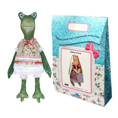 Подарочный набор для изготовления текстильной игрушки Жаклин, 44 смAM200019В наборе для изготовления текстильной игрушки Жаклин есть все необходимое для создания куклы в стиле Tilda: ткань для тела игрушки (100% хлопок), ткань для одежды (100% хлопок), декоративные элементы, пуговицы, нитки для волос, ленточки, кружево, украшения, суперпух и инструмент для набивки игрушки, выкройка, инструкция на русском языке. Вам потребуется: нитки, иголка. По желанию, вы можете использовать акриловые краски для прорисовки лица игрушки, кофе растворимый, клей ПВА (для тонирования игрушки). Необычайной красоты мягкая игрушка в виде забавного лягушонка в платьице, сделанная своими руками, привлечет к себе внимание и будет потрясающе смотреться в интерьере вашего помещения, особенно в интерьере детской комнаты. Текстильные куклы популярны во всем мире - их коллекционируют, украшают ими дом. Интерьерная кукла или просто забавная примитивная игрушка ручной работы может стать украшением дома и оригинальным подарком, который несет в себе любовь и тепло...