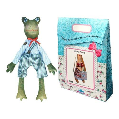 Подарочный набор для изготовления текстильной игрушки Жак, 44 смAM200020В наборе для изготовления текстильной игрушки Жак есть все необходимое для создания куклы в стиле Tilda: ткань для тела игрушки (100% хлопок), ткань для одежды (100% хлопок), декоративные элементы, пуговицы, нитки для волос, ленточки, кружево, украшения, суперпух и инструмент для набивки игрушки, выкройка, инструкция на русском языке. Вам потребуется: нитки, иголка. По желанию, вы можете использовать акриловые краски для прорисовки лица игрушки, кофе растворимый, клей ПВА (для тонирования игрушки). Необычайной красоты мягкая игрушка в виде забавного лягушонка в шортах и рубашке, сделанная своими руками, привлечет к себе внимание и будет потрясающе смотреться в интерьере вашего помещения, особенно в интерьере детской комнаты. Текстильные куклы популярны во всем мире - их коллекционируют, украшают ими дом. Интерьерная кукла или просто забавная примитивная игрушка ручной работы может стать украшением дома и оригинальным подарком, который несет в себе любовь и тепло...