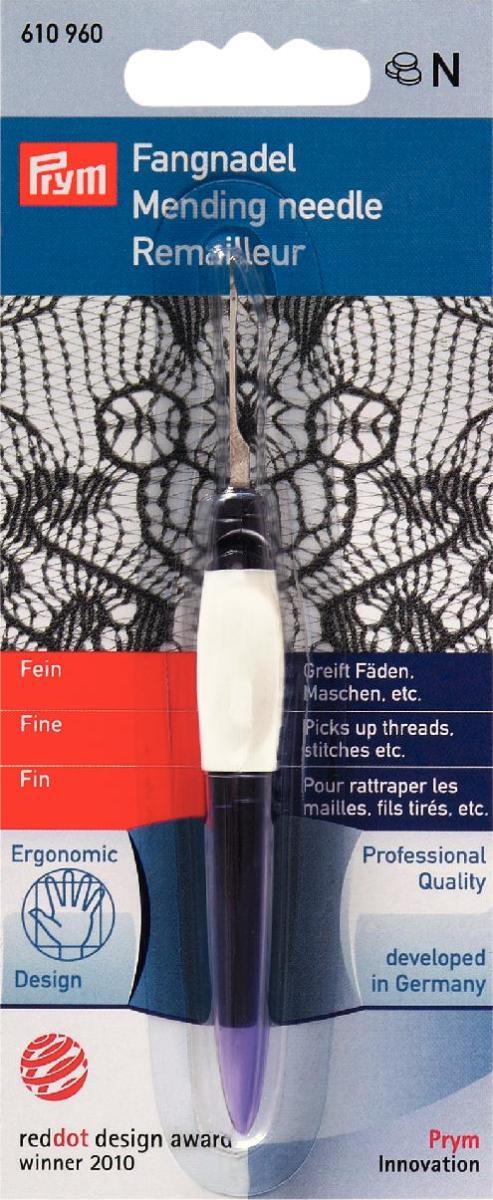 Крючок для поднятия петель Prym610960Крючок Prym идеален для подъема петель на трикотажных изделиях, для вдевания ниток и ведения ниток в оверлоках. Эргономичный дизайн позволяет выполнять работу без усталости. Защитный колпачек надевается на руку и делает ее более длинной, мягкая поверхность эргономически выполненных изогнутых желобов препятствует скольжению руки; можно подвесить на ленте.