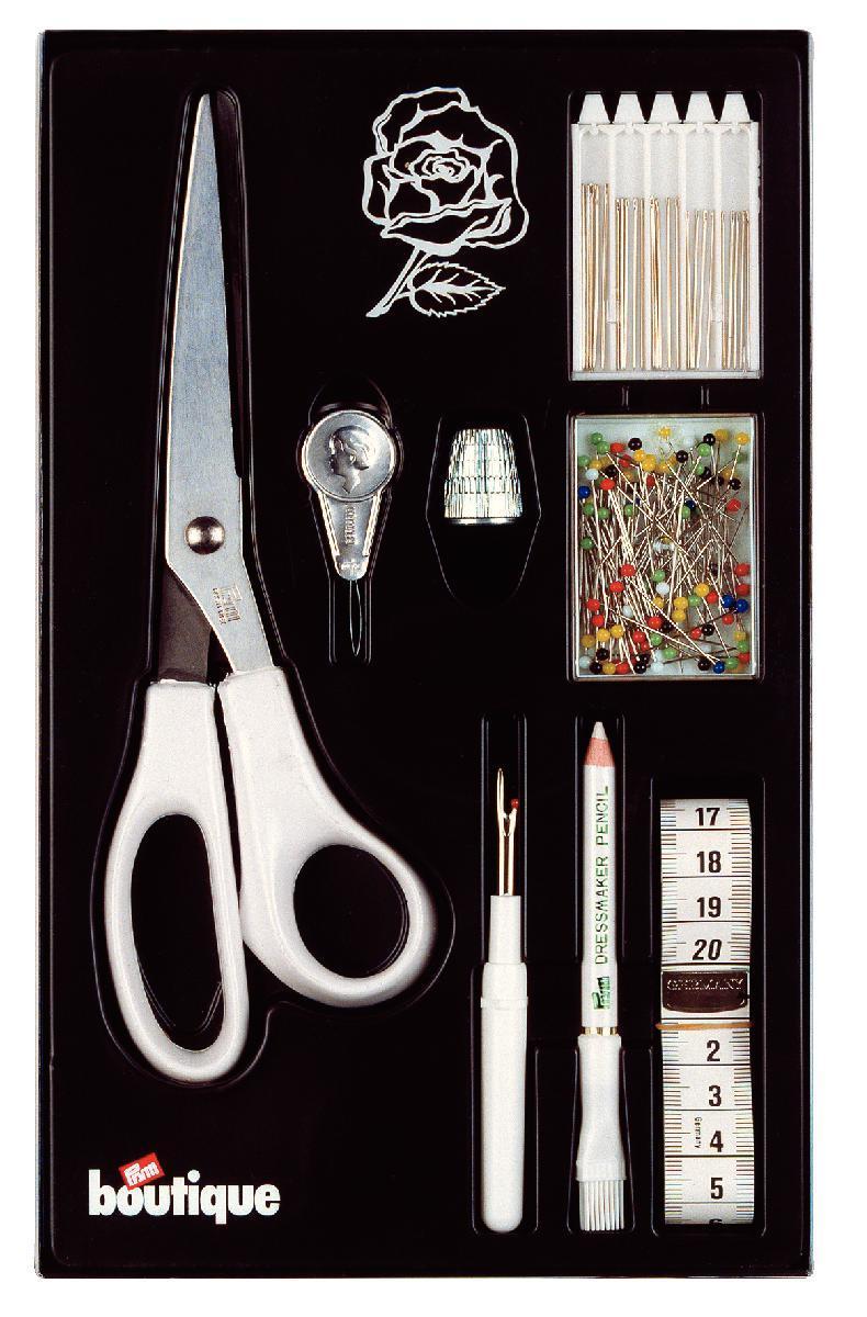 Подарочный набор швейной фурнитуры Prym Роза651282В состав швейного набора Prym Роза входят: иглы для шитья разного размера - 25 шт, булавки с разноцветными стеклянными головками, напресток, нитевдеватель, ножницы белого цвета, измерительная лента, вспарыватель швов, меловой карандаш. Набор швейной фурнитуры Роза, упакованный в пластиковую коробочку, может стать отличным подарком бабушке, маме, сестре, подруге на любой праздник.