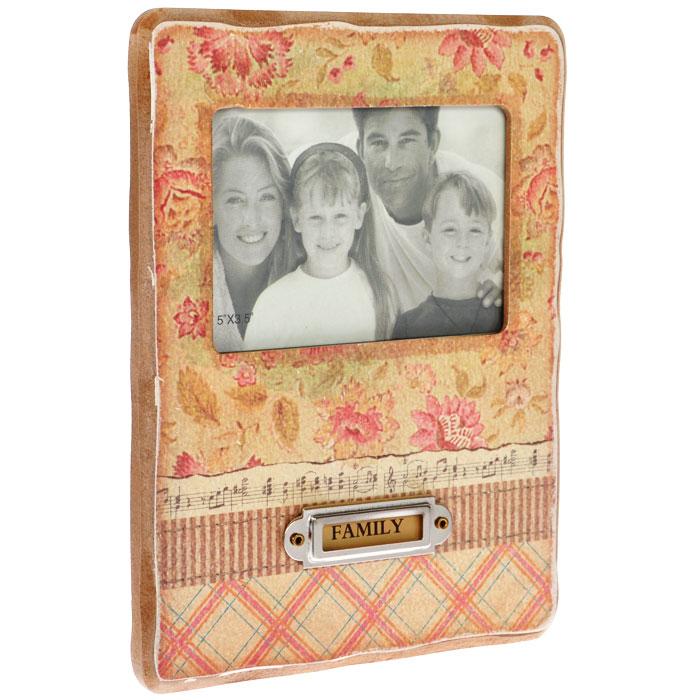 Фоторамка Family, 21,6 см х 16,5 см. 211С-236211С-236Декоративная фоторамка Family, выполненная из дерева, оформлена изображением цветов, нот и ромбовидным рисунком. На обратной стороне имеется ножка для размещения рамки на столе. Фоторамку можно поставить на рабочий стол или любое другое место в доме или офисе. К тому же, она может стать отличным подарком для близкого человека. Ее можно подарить вместе с любимой фотографией, которая оставит после себя теплые воспоминания, и будет радовать своего получателя каждый день. Характеристики: Материал: дерево, стекло, картон, металл. Размер фоторамки: 21,6 см х 16,5 см х 1,3 см. Размер фотографии: 11,5 см х 7,5 см. Артикул: 211С-236.