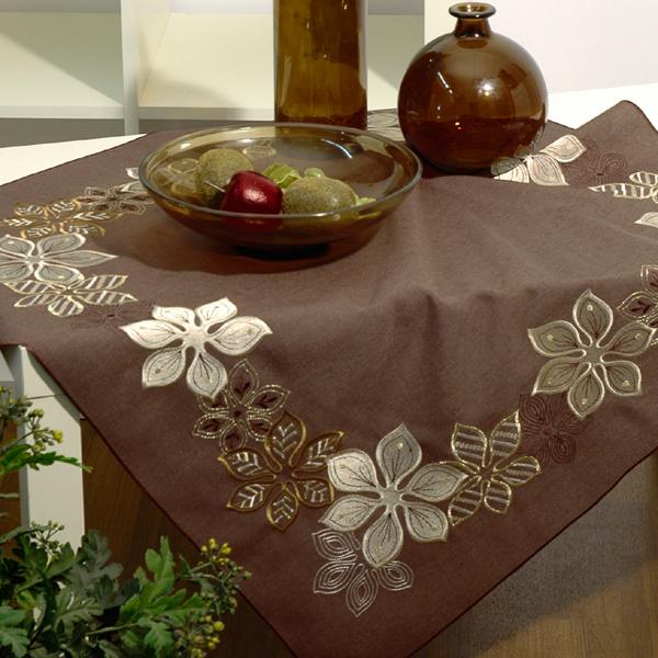 Скатерть Schaefer, квадратная, цвет: шоколадный, 85 x 85 см. 07102-10007102-100Скатерть Schaefer выполнена из высококачественного полиэстера шоколадного цвета и декорирована серебристо-золотистой вышивкой в виде цветов. Изделия из полиэстера легко стирать: они не мнутся, не садятся и быстро сохнут, они более долговечны, чем изделия из натуральных волокон. Вы можете использовать скатерть для декорирования стола, комода, журнального столика. В любом случае она добавит в ваш дом стиля, изысканности и неповторимости. Идеальный вариант для новогоднего подарка вашим друзьям и близким.