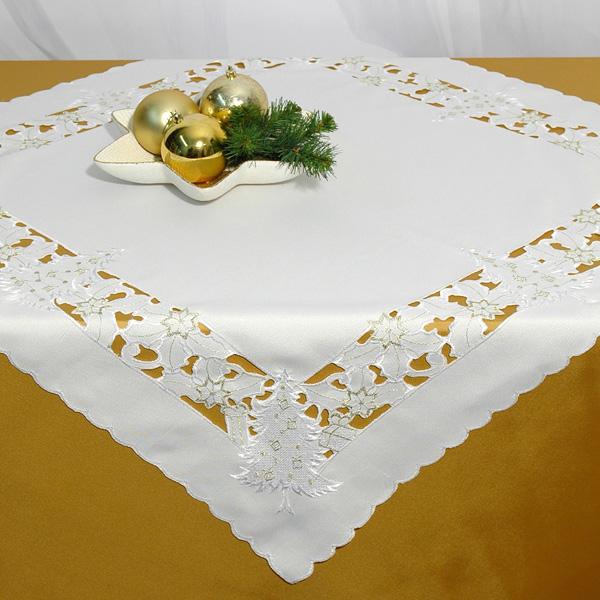 Скатерть Schaefer, квадратная, цвет: белый, 85 x 85 см. 07297-10007297-100Скатерть Schaefer выполнена из высококачественного полиэстера белого цвета и декорирована новогодней вышивкой в технике ришелье. Изделия из полиэстера легко стирать: они не мнутся, не садятся и быстро сохнут, они более долговечны, чем изделия из натуральных волокон. Вы можете использовать скатерть для декорирования стола, комода, журнального столика. В любом случае она добавит в ваш дом стиля, изысканности и неповторимости. Идеальный вариант для новогоднего подарка вашим друзьям и близким. Характеристики: Материал: 100% полиэстер. Цвет: белый. Размер скатерти: 85 см х 85 см. Артикул: 07297-100. Немецкая компания Schaefer создана в 1921 году. На протяжении всего времени существования она создает уникальные коллекции домашнего текстиля для гостиных, спален, кухонь и ванных комнат. Дизайнерские идеи немецких художников компании Schaefer воплощаются в текстильных изделиях, которые сделают ваш дом красивее и уютнее и не...