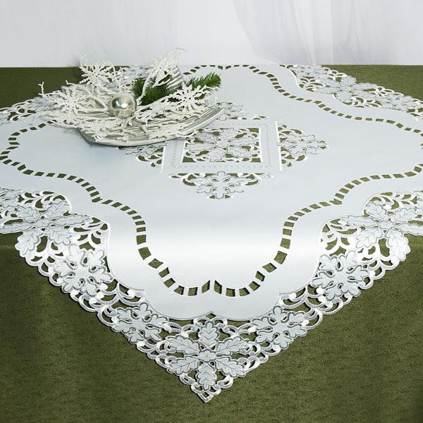 Скатерть Schaefer, квадратная, цвет: белый, 85 x 85 см. 07319-10007319-100Скатерть Schaefer выполнена из высококачественного полиэстера белого цвета и декорирована вышитыми в технике ришелье снежинками. Изделия из полиэстера легко стирать: они не мнутся, не садятся и быстро сохнут, они более долговечны, чем изделия из натуральных волокон. Вы можете использовать скатерть для декорирования стола, комода, журнального столика. В любом случае она добавит в ваш дом стиля, изысканности и неповторимости. Идеальный вариант для новогоднего подарка вашим друзьям и близким.