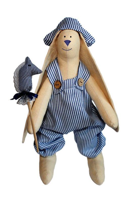 Набор для изготовления текстильной игрушки Зайка Илюша, 29 смAM100006В наборе для изготовления текстильной игрушки Зайка Илюша есть все необходимое для создания куклы в стиле Tilda: ткань для тела игрушки (100% хлопок), ткань для одежды (100% хлопок), декоративные элементы, пуговицы, нитки для волос, ленточки, кружево, украшения, инструмент для набивки игрушки, выкройка, инструкция на русском языке. Вам потребуется: суперпух для набивки, нитки, иголка. По желанию, вы можете использовать акриловые краски для прорисовки лица игрушки, кофе растворимый, клей ПВА (для тонирования игрушки). Необычайной красоты мягкая игрушка в виде забавного зайки в полосатом комбинезоне, сделанная своими руками, привлечет к себе внимание и будет потрясающе смотреться в интерьере вашего помещения, особенно в интерьере детской комнаты. Текстильные куклы популярны во всем мире - их коллекционируют, украшают ими дом. Интерьерная кукла или просто забавная примитивная игрушка ручной работы может стать украшением дома и оригинальным подарком, который несет в...