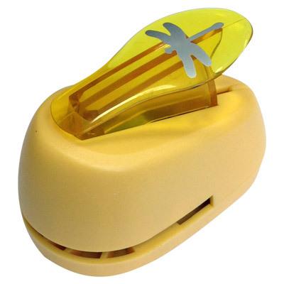 Дырокол фигурный Hobbyboom Стрекоза, №130, цвет в ассортименте, 2,5 смCD-99M-130Компостер для фигурных прорезей. Используется в скрапбукинге, для украшения открыток, карточек, коробочек и т.д. Рисунок прорези указан на ручке дырокола. Используется для прорезания фигурных отверстий в бумаге. Вырезанный элемент также можно использовать для украшения. Предназначен для бумаги определенной плотности - до 140 г/м2. При применении на бумаге большей плотности или на картоне, дырокол быстро затупится. Чтобы заточить нож компостера, нужно прокомпостировать самую тонкую наждачку. Чтобы смазать режущий механизм - парафинированнную бумагу.