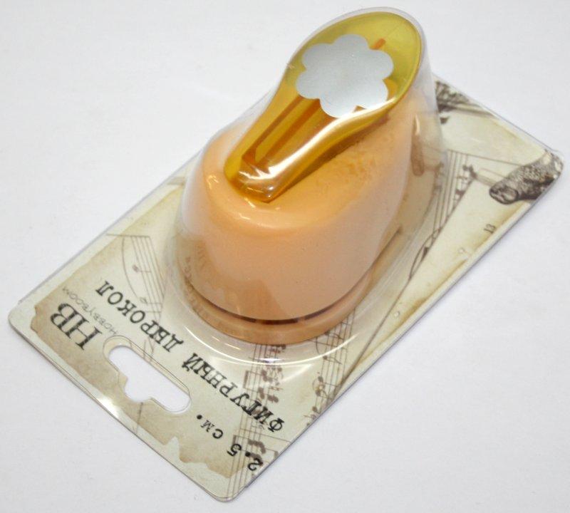 Дырокол фигурный Hobbyboom Цветок, №3, цвет: желтый, 2,5 смCD-99M-003Дырокол фигурный Hobbyboom Цветок, выполненный из прочного пластика и металла, используется в скрапбукинге для украшения открыток, карточек, коробочек и прочего. Применяется для прорезания фигурных отверстий в бумаге в форме цветов. Вырезанный элемент также можно использовать для украшения. Предназначен для бумаги плотностью от 80 до 200 г/м2. При применении на бумаге большей плотности или на картоне, дырокол быстро затупится. Чтобы заточить нож компостера, нужно прокомпостировать самую тонкую наждачку. Размер дырокола: 5 см х 8 см х 5,5 см. Диаметр готовой фигурки: 2,5 см.