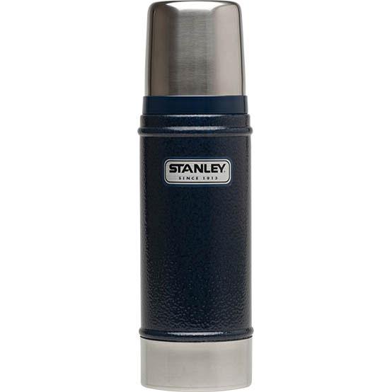 Термос Stanley Classic Vacuum Bottle, цвет: темно-синий, 0,75 л10-01612-010Термос Stanley Classic Vacuum Bottle прекрасно подойдет для транспортировки напитков. Он будет незаменим во время путешествий, поездок на пикник или на дачу. Особенности термоса: - удержание тепла - 15 часов, удержание холода - 15 часов, - вакуумная изоляция, - корпус и внутренняя колба - из нержавеющей стали, - наружное покрытие - абразивостойкое полимерное, - термос герметичен, - крышка-термостакан объемом 236 мл. Гарантийный срок 5 лет. Возврат товара возможен только через сервисный центр. Гарантийный центр: м. ВДНХ, Ботанический сад 129223, г. Москва, Проспект Мира, 119, ВВЦ, строение 323 +7 495 974 3494 service@omegatool.ru Время работы сервисного центра: Пн-чт: 10.00-18.00 Пт: 10.00- 17.00 Сб, Вс: выходные дни
