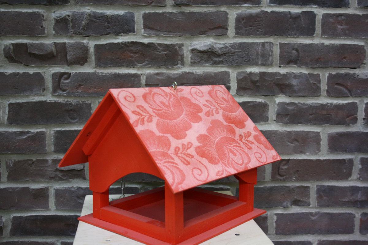 Кормушка Кружево, цвет: красный. КК001КК001Кормушка Кружево с деревянным каркасом оснащена металлической цепочкой для подвешивания. Крыша, пол и стены выполнены из фанеры. Неожиданные и оригинальные кормушки для птиц - это самый простой и доступный способ сделать дом, дачу или приусадебную территорию неповторимыми. Характеристики: Материал: дерево, фанера, металл. Размер кормушки (В х Ш х Д): 22 см х 27 см х 29 см. Размер упаковки: 22 см х 27 см х 29 см. Артикул: КК001. УВАЖАЕМЫЕ КЛИЕНТЫ! Обращаем ваше внимание на тот факт, что кормушка поставляется в собранном виде.