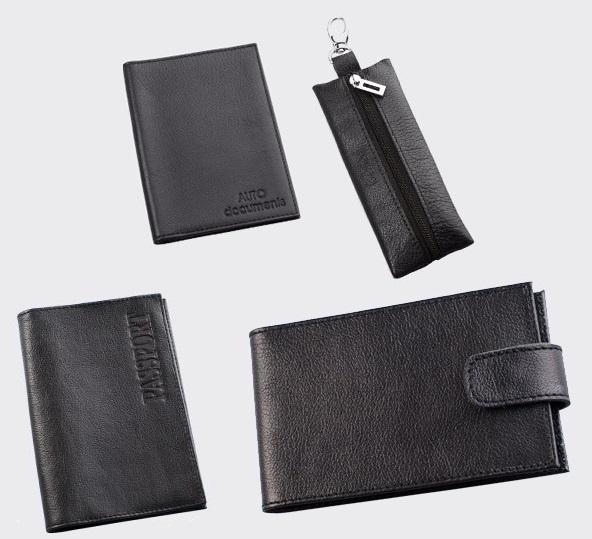 Подарочный набор Befler Грейд: бумажник водителя, обложка для паспорта, ключница, визитница, цвет: черный. BV.1/KL.8/O.1/V.31.-9BV.1/KL.8/O.1/V.31.-9.черПодарочный набор Грейд включает в себя обложку для паспорта, бумажник водителя, ключницу и визитницу. Обложка для паспорта Befler, выполнена из натуральной кожи черного цвета, декорирована отстрочкой. На внутреннем развороте 2 кармана из прозрачного пластика с выемкой. Компактная ключница Befler, закрывающаяся на застежку-молнию, выполнена из натуральной кожи высокого качества с естественной лицевой поверхностью. Внутри ключницы расположено металлическое кольцо для ключей и дополнительный наружный карабин для крепления. Портмоне Befler, выполнено из натуральной кожи черного цвета, декорировано контрастной отстрочкой. Внутри отделение для купюр, карман для кредитной карты, 2 скрытых кармана, карман для мелочи, закрывающийся на кнопку. Бумажник водителя Befler выполнен из натуральной кожи черного цвета и декорирован контрастной отстрочкой. На внутреннем развороте карман из кожи с прорезным кармашком для кредитной карты. Внутренний блок из прозрачного пластика...