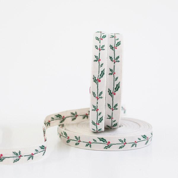 Тесьма декоративная Рождественские веточки Пуансеттии, цвет: бежевый, зеленый, 1 м х 10 мм. 3503635036Изысканная декоративная тесьма Рождественские веточки Пуансеттии выполнена из высококачественного 100% полиэстера. На ленте изображены веточки Пуансетии, это растение, которое называют рождественской звездой, потому что она всегда расцветает к концу декабря, как раз к католическому Рождеству. Рисунок выполнен из 100% хлопка. Тесьма Acufactum ткется на старинных станках с использованием перфокарт, которые изготавливаются для каждого вида тесьмы с тончайшей проработкой самых мелких деталей. Это достаточно долгий и трудоемкий процесс, но результат того стоит! Тесьма наивысшего уровня качества, которая очень практична в использовании т.к. выдерживает стирку при температуре 60 градусов. А изобилие дизайнов просто потрясает!