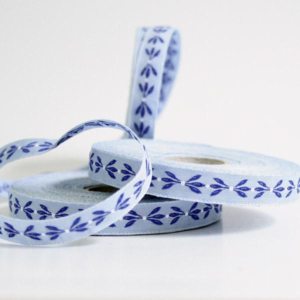 Тесьма декоративная Листья, цвет: голубой, синий, 1 м х 10 мм. 35061-0335061-03Изысканная декоративная тесьма Листья выполнена из высококачественного 100% полиэстера. На ленте изображены листочки. Рисунок выполнен из 100% хлопка. Тесьма Acufactum ткется на старинных станках с использованием перфокарт, которые изготавливаются для каждого вида тесьмы с тончайшей проработкой самых мелких деталей. Это достаточно долгий и трудоемкий процесс, но результат того стоит! Тесьма наивысшего уровня качества, которая очень практична в использовании т.к. выдерживает стирку при температуре 60 градусов. А изобилие дизайнов просто потрясает!