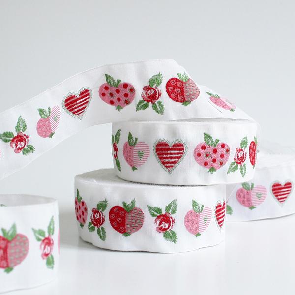 Тесьма декоративная Яблоки и розы, цвет: белый, розовый, красный, 1 м х 30 мм. 35067-0135067-01Изысканная декоративная тесьма Яблоки и розы выполнена из высококачественного 100% полиэстера. На ленте изображены яблоки, сердца и розы. Рисунок выполнен из 100% хлопка. Тесьма Acufactum ткется на старинных станках с использованием перфокарт, которые изготавливаются для каждого вида тесьмы с тончайшей проработкой самых мелких деталей. Это достаточно долгий и трудоемкий процесс, но результат того стоит! Тесьма наивысшего уровня качества, которая очень практична в использовании т.к. выдерживает стирку при температуре 60 градусов. А изобилие дизайнов просто потрясает!