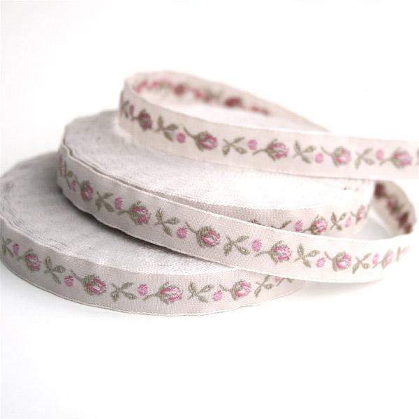 Тесьма декоративная Бутоны роз, цвет: бежевый, розовый, 1 м х 10 мм. 35070-1335070-13Изысканная декоративная тесьма Бутоны роз выполнена из высококачественного 100% полиэстера. На ленте изображены бутоны роз и листочки. Рисунок выполнен из 100% хлопка. Тесьма Acufactum ткется на старинных станках с использованием перфокарт, которые изготавливаются для каждого вида тесьмы с тончайшей проработкой самых мелких деталей. Это достаточно долгий и трудоемкий процесс, но результат того стоит! Тесьма наивысшего уровня качества, которая очень практична в использовании т.к. выдерживает стирку при температуре 60 градусов. А изобилие дизайнов просто потрясает!