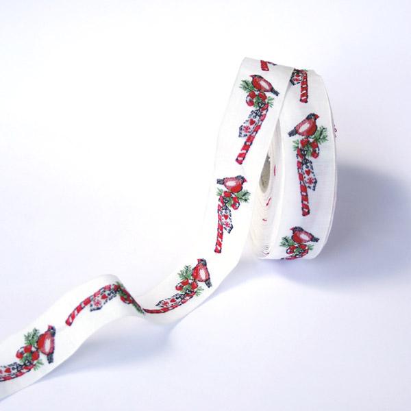 Тесьма декоративная Птица на леденце, цвет: белый, красный, зеленый, черный, 1 м х 20 мм. 3509935099Тесьма декоративная Птица на леденце выполнена из высококачественного 100% полиэстера. На ленте изображен снегирь, сидящий на леденце. Рисунок выполнен из 100% хлопка. Тесьма Acufactum и сегодня ткется на старинных станках с использованием перфокарт, которые изготавливаются для каждого вида тесьмы с тончайшей проработкой самых мелких деталей. Это достаточно долгий и трудоемкий процесс, но результат того стоит! Тесьма наивысшего уровня качества, которая очень практична в использовании, т.к. выдерживает стирку при температуре 60 градусов. А изобилие дизайнов просто потрясает!