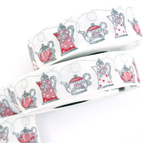Тесьма декоративная Чайники, цвет: белый, красный, 1 м х 30 мм. 35107-0235107-02Изысканная декоративная тесьма Чайники выполнена из высококачественного 100% полиэстера. На ленте изображены разнообразные чайники. Рисунок выполнен из 100% хлопка. Тесьма Acufactum ткется на старинных станках с использованием перфокарт, которые изготавливаются для каждого вида тесьмы с тончайшей проработкой самых мелких деталей. Это достаточно долгий и трудоемкий процесс, но результат того стоит! Тесьма наивысшего уровня качества, которая очень практична в использовании т.к. выдерживает стирку при температуре 60 градусов. А изобилие дизайнов просто потрясает!
