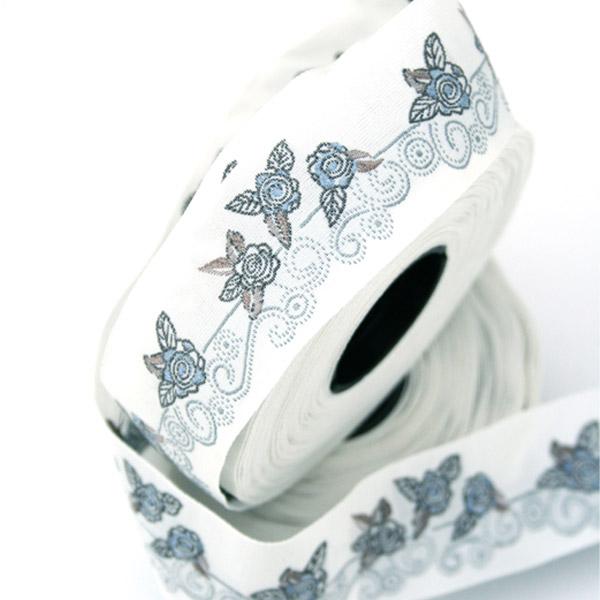 Тесьма декоративная Орнамент с розами, цвет: белый, серый, синий, 1 м х 30 мм. 35109-0135109-01Изысканная декоративная тесьма Орнамент с розами выполнена из высококачественного 100% полиэстера. На ленте изображены цветы розы. Рисунок выполнен из 100% хлопка. Тесьма Acufactum ткется на старинных станках с использованием перфокарт, которые изготавливаются для каждого вида тесьмы с тончайшей проработкой самых мелких деталей. Это достаточно долгий и трудоемкий процесс, но результат того стоит! Тесьма наивысшего уровня качества, которая очень практична в использовании т.к. выдерживает стирку при температуре 60 градусов. А изобилие дизайнов просто потрясает!