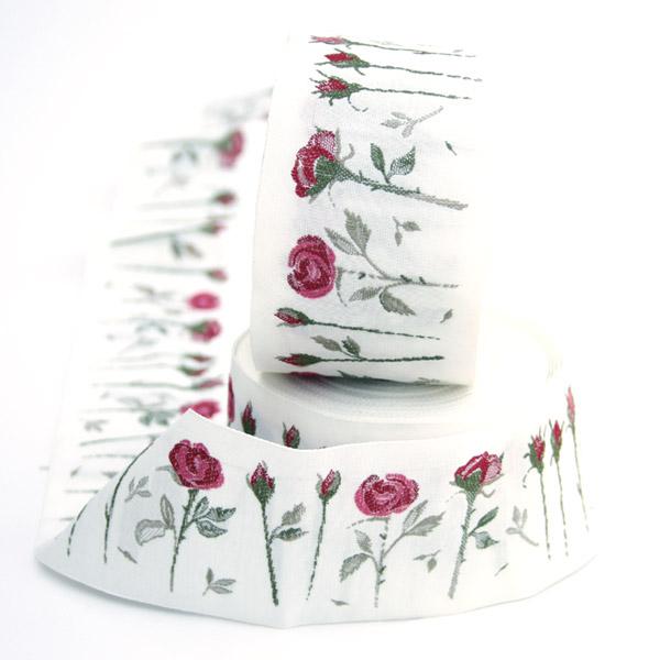 Тесьма декоративная Розы, цвет: белый, красный, 1 м х 50 мм. 35110-0435110-04Изысканная декоративная тесьма Розы выполнена из высококачественного 100% полиэстера. На ленте изображены розы со стеблем. Рисунок выполнен из 100% хлопка. Тесьма Acufactum ткется на старинных станках с использованием перфокарт, которые изготавливаются для каждого вида тесьмы с тончайшей проработкой самых мелких деталей. Это достаточно долгий и трудоемкий процесс, но результат того стоит! Тесьма наивысшего уровня качества, которая очень практична в использовании т.к. выдерживает стирку при температуре 60 градусов. А изобилие дизайнов просто потрясает!