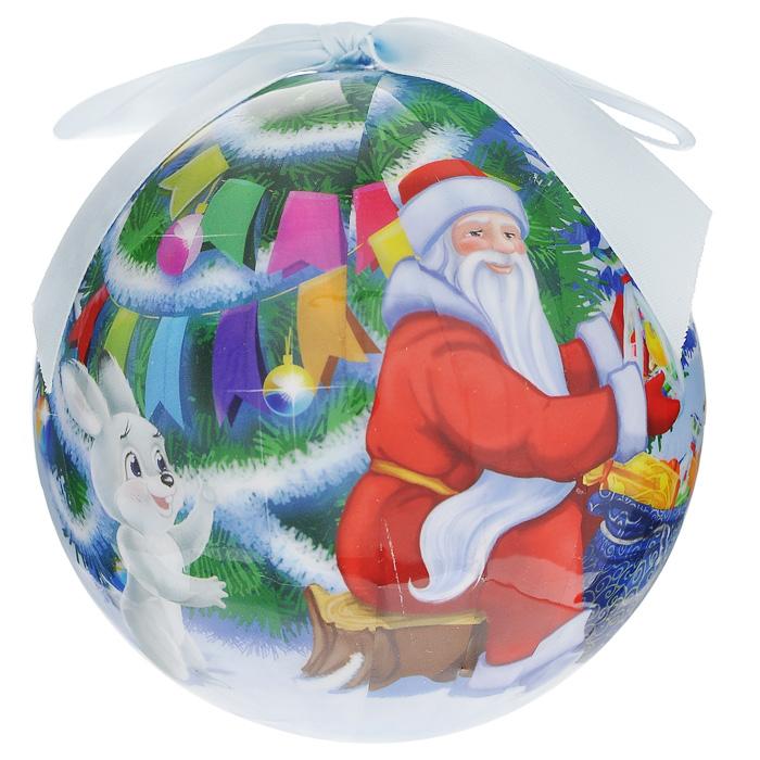 Елочное украшение Шар. Новогодний, диаметр 10 см. 2025220252Оригинальное подвесное украшение Шар. Новогодний прекрасно подойдет для праздничного декора дома и новогодней ели. Шар, выполненный из пластмассы, оформлен красочным изображением Деда мороза, раздающего зверятам подарки. Благодаря плотному корпусу изделие никогда не разобьется, поэтому вы можете быть уверены, что оно прослужит вам долгие годы. С помощью атласной ленточки голубого цвета украшение можно повесить на новогоднюю елку. Елочная игрушка - символ Нового года. Она несет в себе волшебство и красоту праздника. Создайте в своем доме атмосферу веселья и радости, украшая новогоднюю елку нарядными игрушками, которые будут из года в год накапливать теплоту воспоминаний.