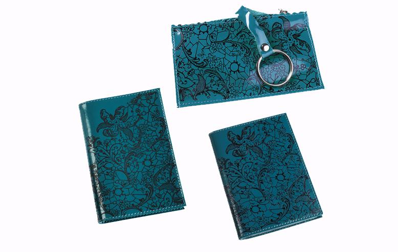 Подарочный набор Befler Гипюр: бумажник водителя, ключница, обложка для паспорта, цвет: бирюзовый. BV.38.la/KL.25.la/O.32BV.38.la/KL.25.la/O.32.laПодарочный набор Гипюр включает в себя бумажник водителя, обложка для паспорта и ключница. Обложка для паспорта Befler, выполнена из натуральной кожи, оформлена декоративным тиснением Гипюр. Внутри два вертикальных кармана из прозрачного пластика. Бумажник водителя Befler, выполнен из натуральной кожи, оформлен декоративным тиснением Гипюр. На внутреннем развороте 2 кармана из прозрачного пластика. Внутренний блок из прозрачного пластика для документов водителя (6 карманов). Ключница Befler, выполнена из натуральной кожи, оформлена декоративным тиснением Гипюр. Закрывается на молнию. Имеет внутри кольцо для ключей диаметром 22 мм на кожаной петле. Такой набор станет отличным подарком для человека, ценящего качественные и красивые вещи.