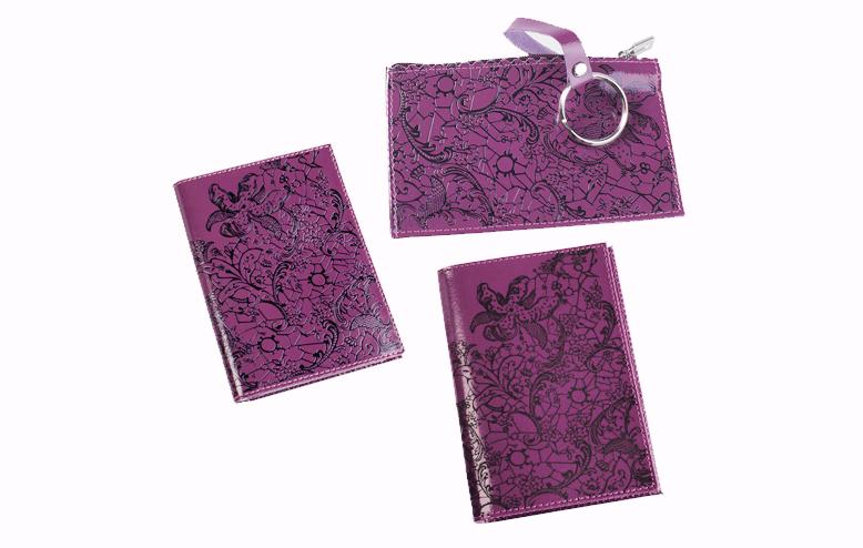 Подарочный набор Befler Гипюр: бумажник водителя, ключница, обложка для паспорта, цвет: фиолетовый. BV.38.vi/KL.25.vi/O.32BV.38.vi/KL.25.vi/O.32.viПодарочный набор Гипюр включает в себя бумажник водителя, обложка для паспорта и ключница. Обложка для паспорта Befler, выполнена из натуральной кожи, оформлена декоративным тиснением Гипюр. Внутри два вертикальных кармана из прозрачного пластика. Бумажник водителя Befler, выполнен из натуральной кожи, оформлен декоративным тиснением Гипюр. На внутреннем развороте 2 кармана из прозрачного пластика. Внутренний блок из прозрачного пластика для документов водителя (6 карманов). Ключница Befler, выполнена из натуральной кожи, оформлена декоративным тиснением Гипюр. Закрывается на молнию. Имеет внутри кольцо для ключей диаметром 22 мм на кожаной петле. Такой набор станет отличным подарком для человека, ценящего качественные и красивые вещи.