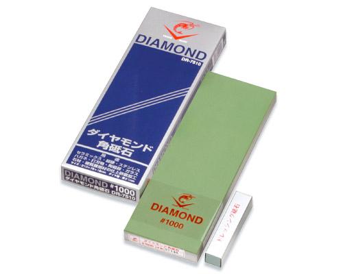 Камень точильный Tojiro Diamond, средний, # 1000DR-7510Точильный камень Tojiro Diamond с частичками алмаза предназначен для заточки кухонных ножей. Камень имеет среднезернистую поверхность, которая подходит для основной заточки лезвия. Перед использованием камень необходимо замочить в воде на 3-5 минут. Характеристики: Материал: абразивные материалы. Размер камня: 21 см х 7,5 см х 1,5 см. Зернистость: # 1000. Размер упаковки: 23,5 см х 8,5 см х 2,5 см. Артикул: DR-7510.