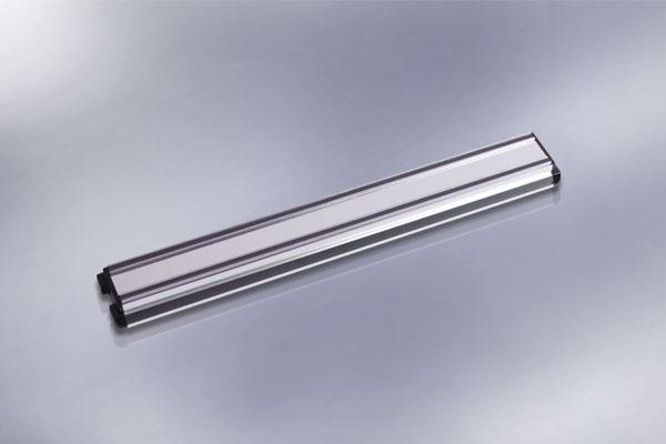 Магнитный держатель для ножей Hatamoto, длина 31,5 смHM-M30Магнитный держатель Hatamoto выполнен из алюминия и предназначен для удобного хранения металлических приборов. Крепкие магнитные полосы надежно удержат все приборы. Идеально подойдет для сверел, ножей и других мелких инструментов. Можно использовать как в гараже, так и на кухне. В комплекте - крепежные элементы, с помощью которых держатель можно прикрепить к любой стене. Теперь кухонные принадлежности не нужно искать, они надежно прикреплены к держателю.