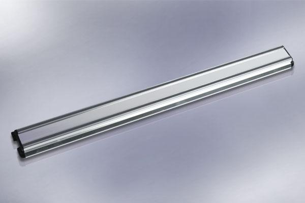 Магнитный держатель для ножей Hatamoto, длина 46 смHM-M45Магнитный держатель Hatamoto выполнен из алюминия и предназначен для удобного хранения металлических приборов. Крепкие магнитные полосы надежно удержат все приборы. Идеально подойдет для сверел, ножей и других мелких инструментов. Можно использовать как в гараже, так и на кухне. В комплекте - крепежные элементы, с помощью которых держатель можно прикрепить к любой стене. Теперь кухонные принадлежности не нужно искать, они надежно прикреплены к держателю.